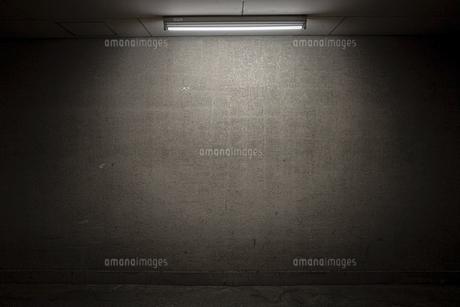 壁と蛍光灯の写真素材 [FYI04818314]
