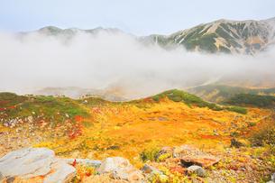 秋の立山 紅葉の室堂平より血の池を望むの写真素材 [FYI04818595]