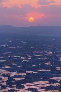 散居村展望台から夕日の砺波平野を望むの写真素材 [FYI04818602]