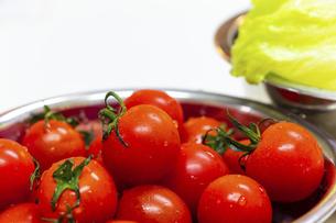 金属の器に盛られた新鮮な野菜の写真素材 [FYI04818651]