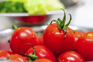 器に盛られた新鮮な野菜の写真素材 [FYI04818653]