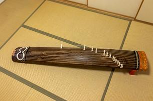 和室の畳の上に置かれた琴の写真素材 [FYI04818670]