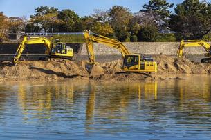 河川工事を行う黄色の建設機械の写真素材 [FYI04818680]