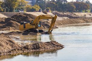 河川の浚渫工事の写真素材 [FYI04818691]