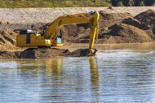 川底の土砂をすくう油圧ショベルの写真素材 [FYI04818697]