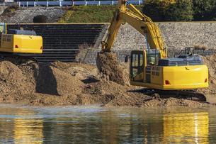 河川で工事を行う油圧ショベルの写真素材 [FYI04818698]