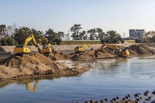 河川で工事を行う複数の油圧ショベルの写真素材 [FYI04818702]