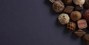 チョコレート菓子の背景素材の写真素材 [FYI04818895]