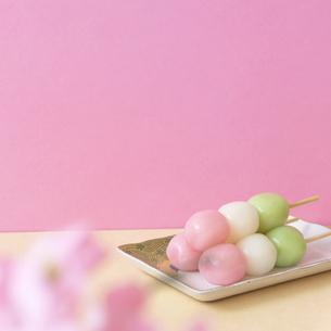 桜と三色団子の写真素材 [FYI04818897]