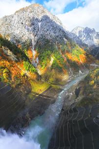 秋の黒部峡谷 紅葉の山並みに雪の写真素材 [FYI04818903]