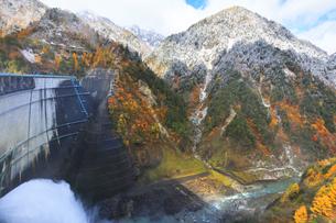 秋の黒部峡谷 紅葉の山並みに雪の写真素材 [FYI04818905]
