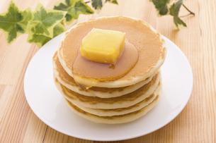 バターとハチミツののったホットケーキの写真素材 [FYI04819110]