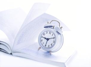 目覚まし時計と本の写真素材 [FYI04819167]