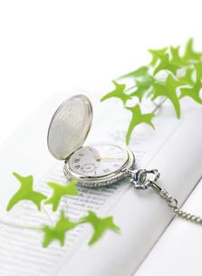 懐中時計と本の写真素材 [FYI04819169]