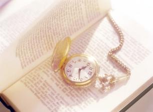 本と懐中時計の写真素材 [FYI04819170]