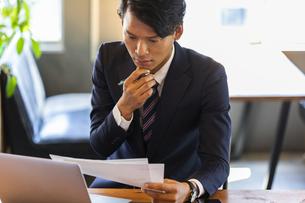 資料を確認するビジネスマンの写真素材 [FYI04819501]