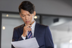 資料を確認するビジネスマンの写真素材 [FYI04819504]