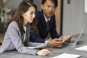 会議中のビジネス男女の写真素材 [FYI04819532]