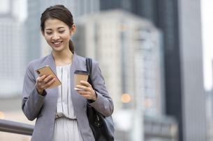 スマートフォンを見るビジネスウーマンの写真素材 [FYI04819534]