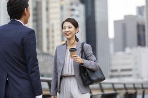 会話するビジネス男女の写真素材 [FYI04819544]