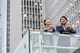 遠くを見るビジネス男女の写真素材 [FYI04819552]