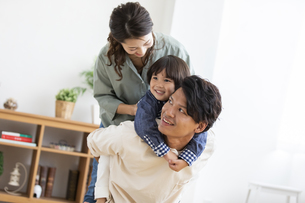 リビングで遊ぶ日本人家族の写真素材 [FYI04819561]