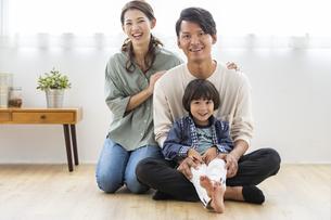 笑顔の日本人家族の写真素材 [FYI04819564]