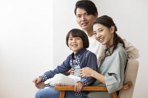 ソファーに座る日本人家族の写真素材 [FYI04819566]