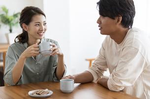 笑顔で会話する日本人夫婦の写真素材 [FYI04819569]