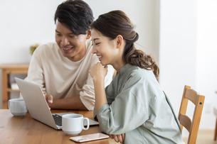 ノートパソコンを見る日本人夫婦の写真素材 [FYI04819572]