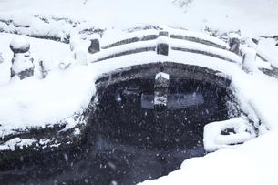 鎌倉の浄智寺の石橋と雪の写真素材 [FYI04819643]