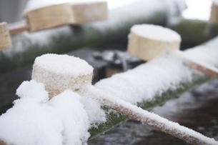 鎌倉の神社の雪と柄杓の写真素材 [FYI04819644]