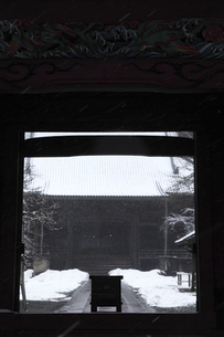 鎌倉の寺と妙本寺と雪の写真素材 [FYI04819647]