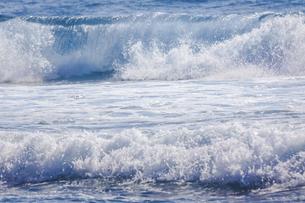 ハワイの海岸の砕け散る波の風景の写真素材 [FYI04819736]