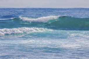 ハワイの海岸の砕け散る波の風景の写真素材 [FYI04819737]