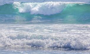 ハワイの海岸の砕け散る波の風景の写真素材 [FYI04819738]