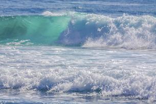 ハワイの海岸の砕け散る波の風景の写真素材 [FYI04819739]