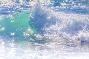 砕け散る海の波のクローズアップの写真素材 [FYI04819740]