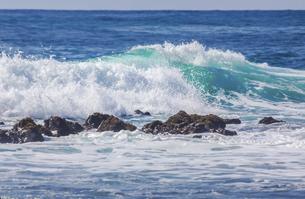 ハワイの海岸の砕け散る波の風景の写真素材 [FYI04819741]