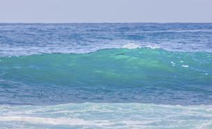 ハワイの海岸の砕け散る波の風景の写真素材 [FYI04819742]