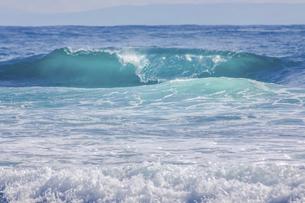 ハワイの海岸の砕け散る波の風景の写真素材 [FYI04819743]