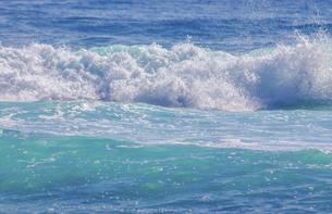 ハワイの海岸の砕け散る波の風景の写真素材 [FYI04819744]