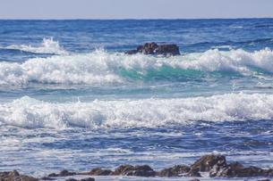 ハワイの海岸の砕け散る波の風景の写真素材 [FYI04819745]