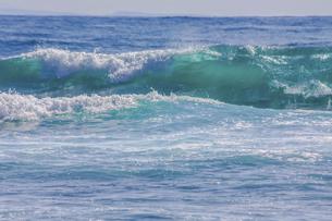 ハワイの海岸の砕け散る波の風景の写真素材 [FYI04819746]