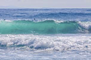 ハワイの海岸の砕け散る波の風景の写真素材 [FYI04819747]