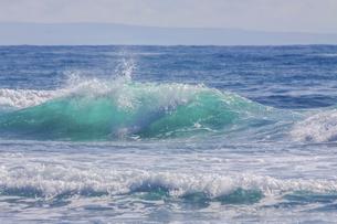 ハワイの海岸の砕け散る波の風景の写真素材 [FYI04819748]