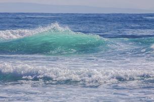 ハワイの海岸の砕け散る波の風景の写真素材 [FYI04819749]