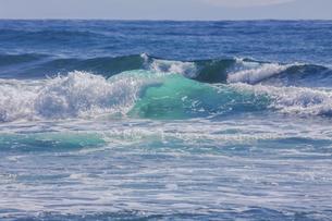 ハワイの海岸の砕け散る波の風景の写真素材 [FYI04819750]