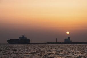 夕日と旅立つ船の写真素材 [FYI04819802]