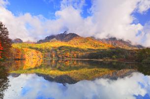 秋の戸隠連山 鏡池と紅葉の写真素材 [FYI04820077]